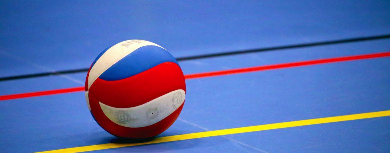 Volleybal op een sportveld